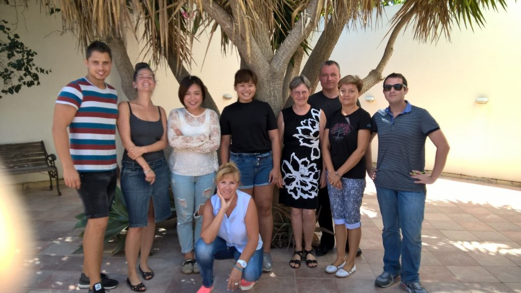 estudantes de todo o mundo que estudam inglês em negócios malta