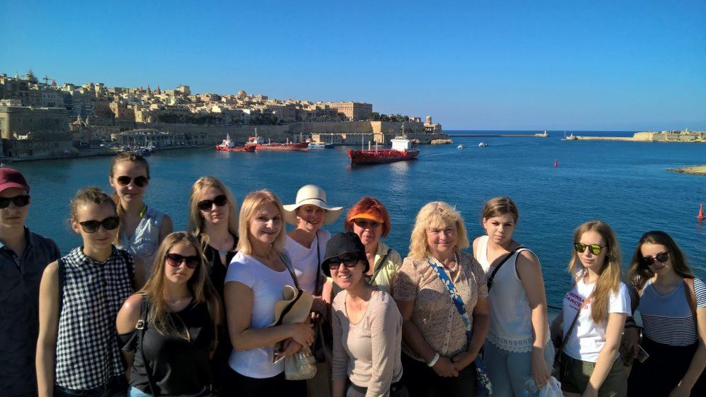 Estudantes em Três cidades durante a excursão escolar enquanto estuda inglês em malta com escola Gateway