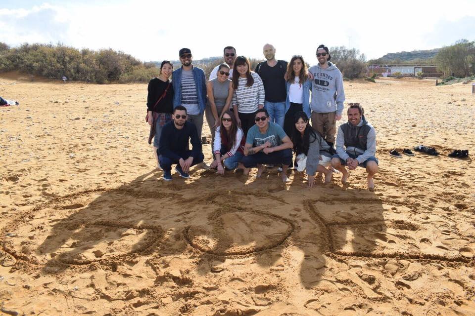 estudantes de todo o mundo que estudam inglês em malta na praia Gateway School of English GSE 2